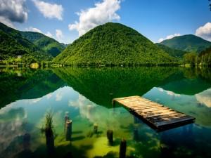 Postal: Plataforma de madera sobre el lago