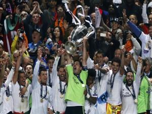 Jugadores del Real Madrid levantando la copa en Lisboa (Champions League 2014)