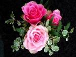 Ramo con rosas y hojas