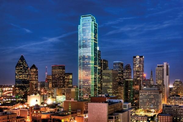 Edificios en la noche de Dallas (Texas, Estados Unidos)