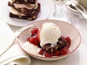 Brownie con cerezas y helado de vainilla