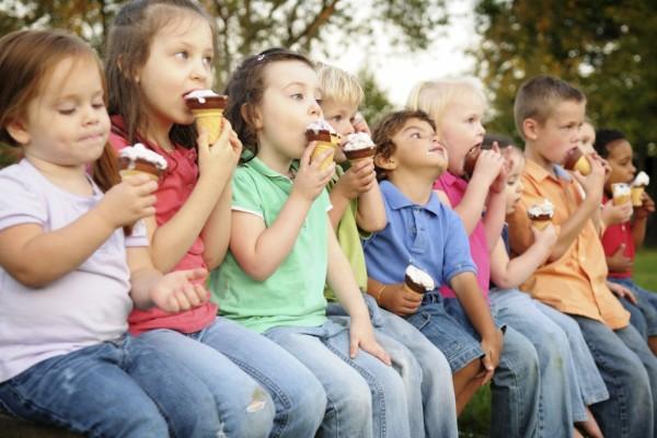 Niños comiendo helados