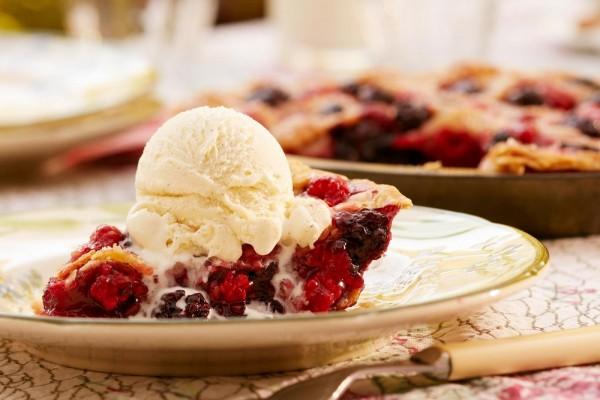 Tarta americana de moras con helado de vainilla