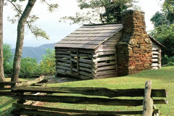 Cabaña de madera con chimenea de piedra