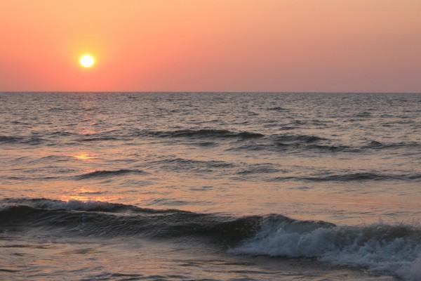 El mar y el sol al atardecer