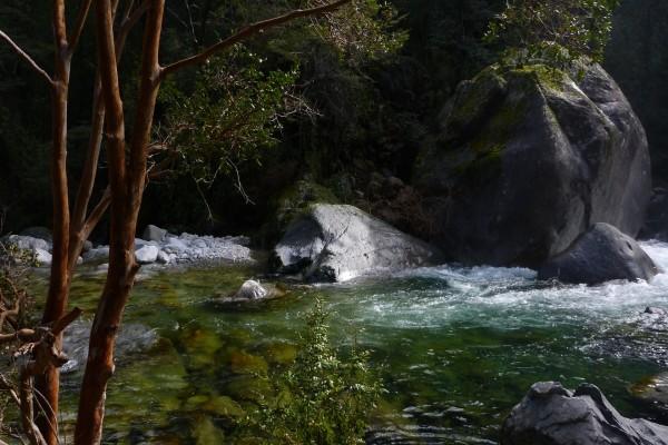 Grandes rocas en la orilla del río