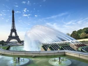 Postal: Fuente junto a la Torre Eiffel (París, Francia)