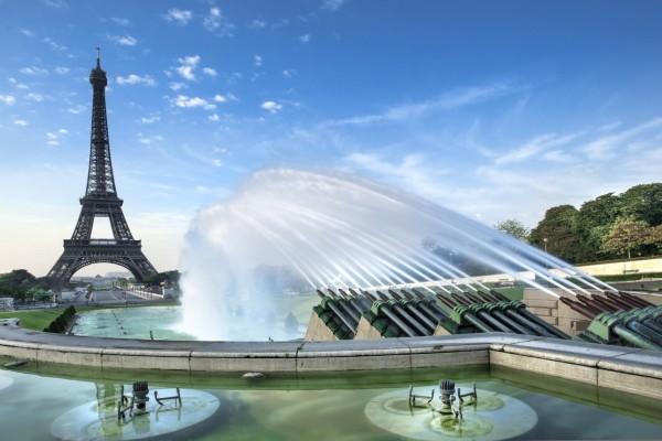 Fuente junto a la Torre Eiffel (París, Francia)
