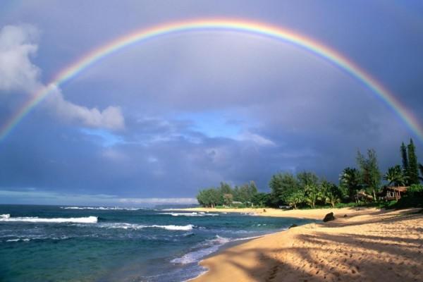 Gran arcoíris en la playa