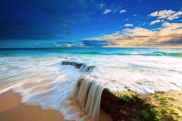 El agua de mar llegando a la orilla