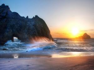 Postal: Un espléndido sol iluminando la playa