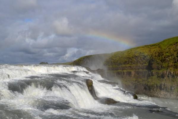 Pequeño arcoíris en el acantilado