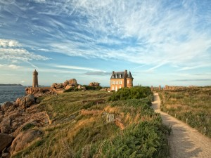 Camino de tierra hacia la casa y el faro