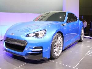 Subaru azul en una exposición