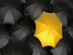 Postal: Varios paraguas negros y uno amarillo
