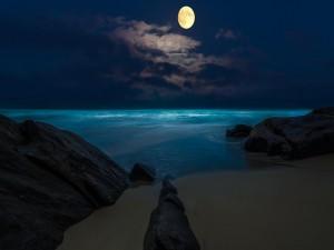 Postal: La luna llena ilumina el mar