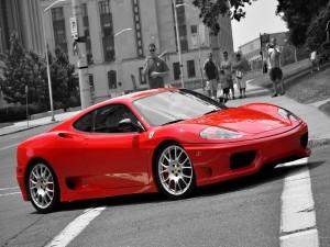 Curiosos admirando un Ferrari