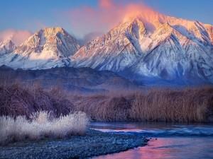El río y las montañas al amanecer