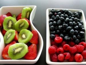 Postal: Dos fuentes con frutas frescas