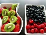 Dos fuentes con frutas frescas