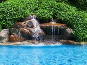 Agua brotando de las rocas