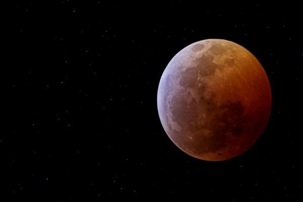 Luna rojiza y estrellas