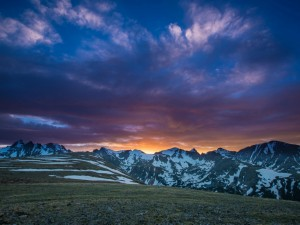 Postal: El sol tras los picos de las montañas