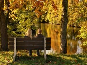 Enamorados junto al lago