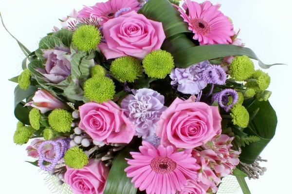 Ramo con flores y hojas variadas