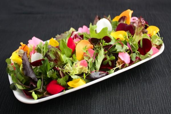 Ensalada con pétalos de flor