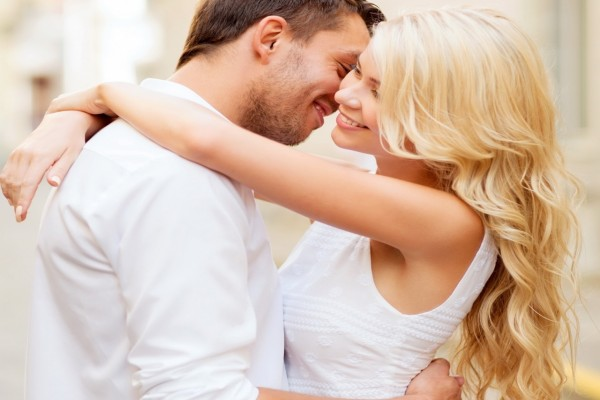Una pareja demostrando amor y alegría