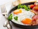 Huevos, tocino y tomate en un plato