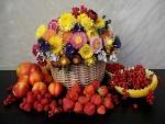 Frutas y una cesta con flores