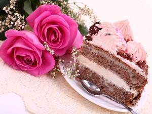 Porción de tarta y unas rosas