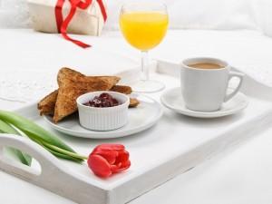 Postal: Un tulipán en la bandeja del desayuno