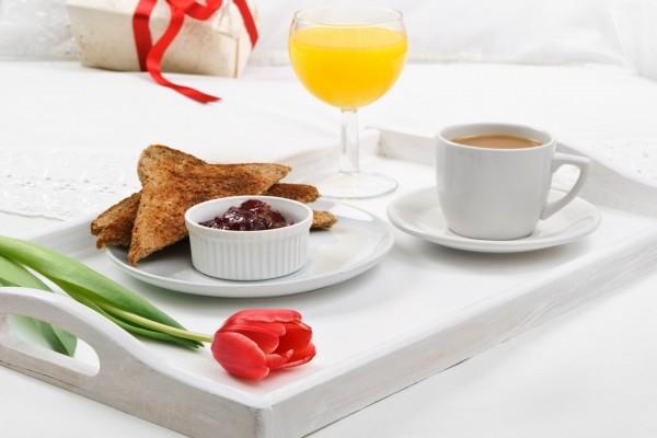 Un tulipán en la bandeja del desayuno