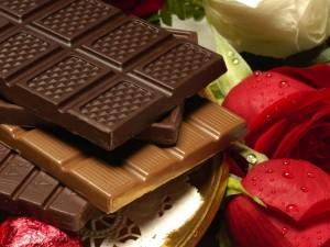 Varios tipos de chocolate y unas rosas