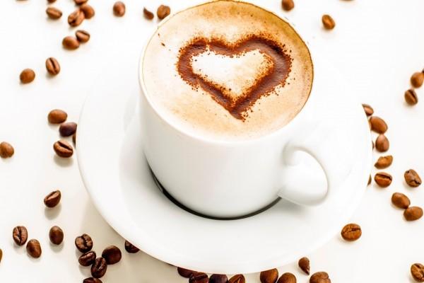Taza de café con un corazón sobre la espuma