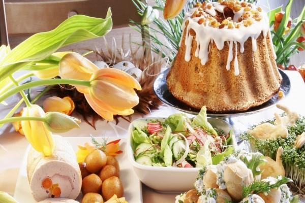 Mesa con comida dulce y salada