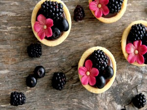 Galletas con chocolate, moras y arándanos