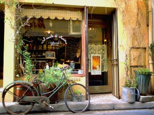 Bicicleta oxidada en la puerta de un restaurante