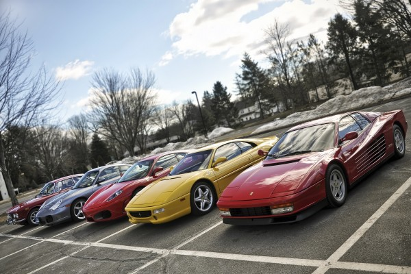 Coches Ferrari en el aparcamiento