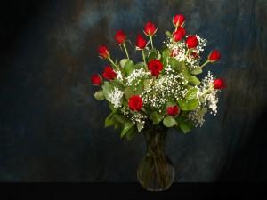 Ramo de rosas rojas en un jarrón