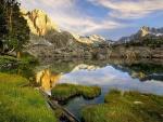 Pequeño lago en la montaña