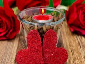 Postal: Dos corazones y una vela encendida