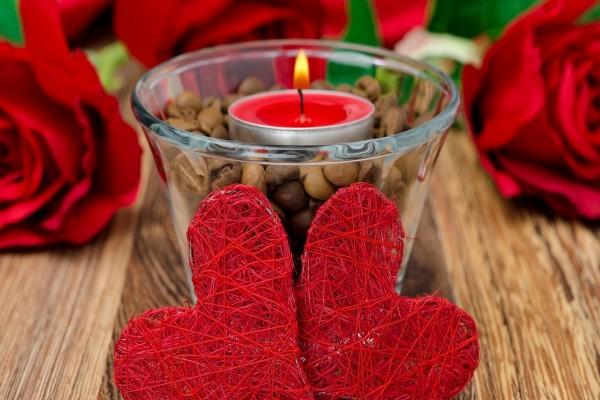 Dos corazones y una vela encendida