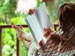 Una chica leyendo un libro en una hamaca