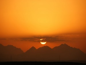 Franja de nubes tapando el sol