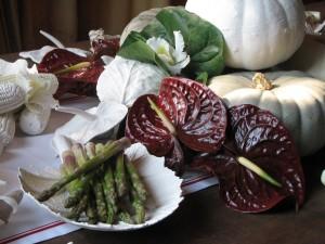 Postal: Bodegón con anturios, espárragos verdes y otras verduras