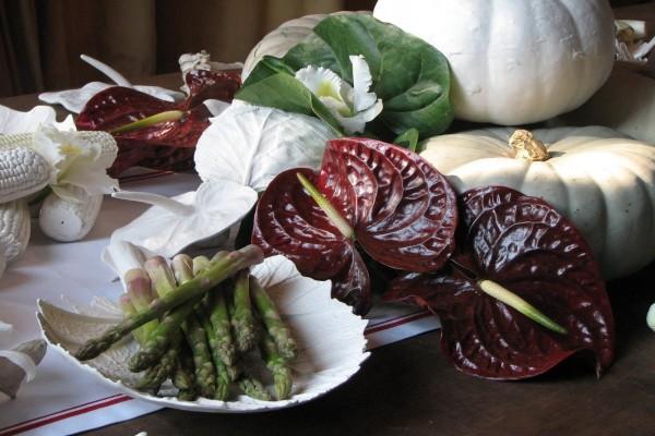 Bodegón con anturios, espárragos verdes y otras verduras